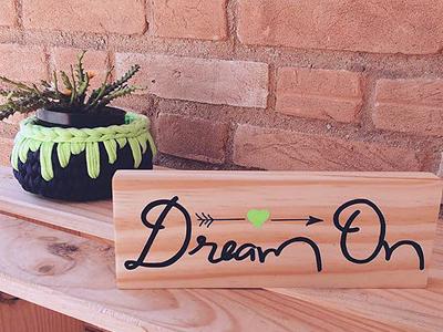 plaquinha madeira pinus decorada dream on